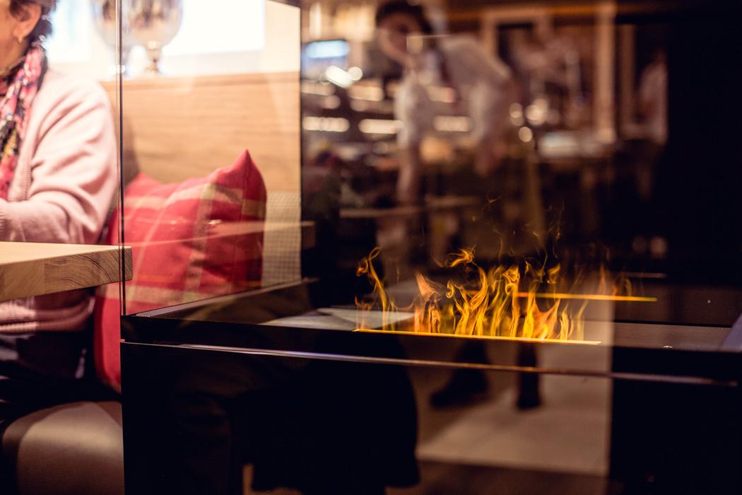 Wärmender Kamin im Café der Bäckerei Frank in Riedenburg